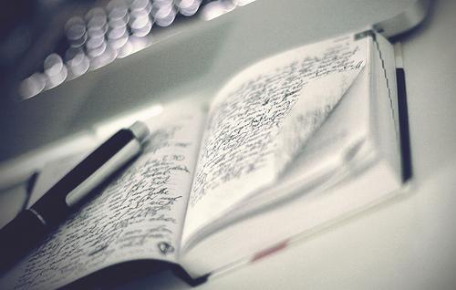 Glücklicher, zufriedener und fokussierter sein durch Tagebuch schreiben